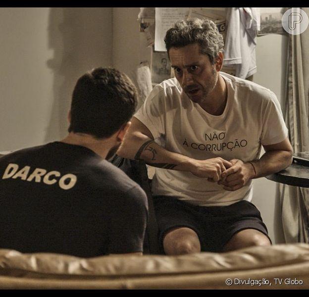 Romero (Alexandre Nero) dá a notícia da morte de Faustini (Ricardo Pereira) a Dante (Marco Pigossi), na novela 'A Regra do Jogo', em 23 de novembro de 2015