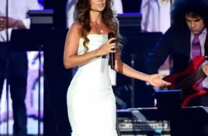Paula Fernandes usa vestido superjusto em evento de homenagem a Roberto Carlos