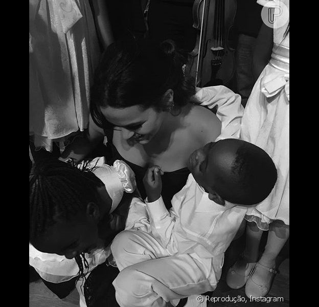Bruna Marquezine encheu de mimos várias crianças do Coro Infantil Coração Jolie, grupo composto por vítimas da guerra e miséria. O evento aconteceu na quarta, dia 18 de novembro de 2015, no Rio de Janeiro
