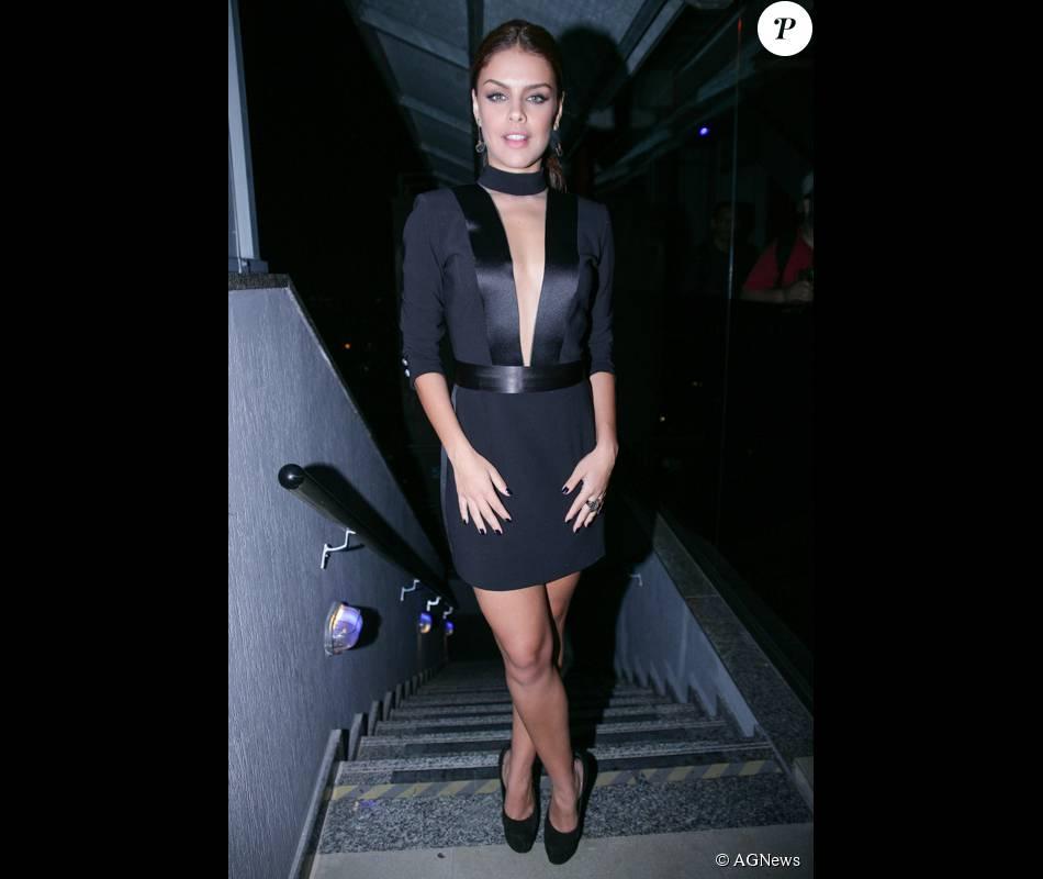 37d2bcec2 Paloma Bernardi usou um decote generoso para prestigiar a festa da revista   Lux Cosmopolitan  em abril de 2015