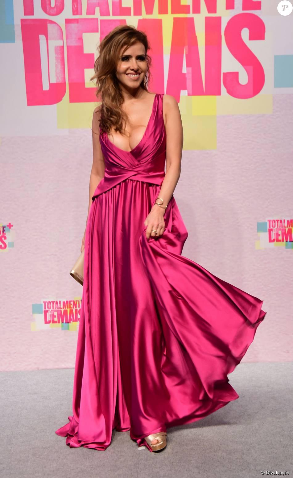 9c1a06172 Leona Cavalli caprichou no decote do vestido da estilista Cyntia Fontanella  para a festa de lançamento da novela 'Totalmente Demais'