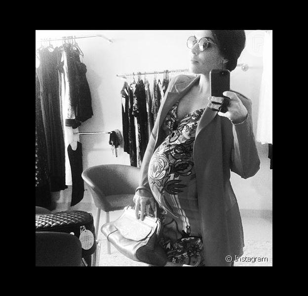 Com um barrigão de 8 meses, Karen Brusttolin, mulher de Alexandre Nero, revelou em seu Instagram que está tendo dificuldades para encontrar roupas para esta fase