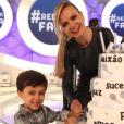 Eliana se emocionou ao ser surpreendida com a visita do filho na gravação do seu programa com diversas homenagens em comemoração ao seu aniversário de 42 anos