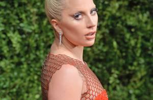 Lady Gaga veste look de Tom Ford em evento de moda com Victoria e David Beckham