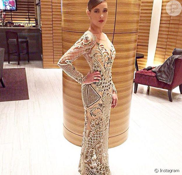 Adriana Birolli esbanjou elegância na entrega do Emmy usando um modelo de Fabiana Milazzo, todo bordado com predarias e que pesava cerca de 10 kg