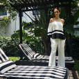 Carol Celico, ex-mulher do jogador Kaká, apostou em blusa preta e branca e manga bufante, da grife Shoulder
