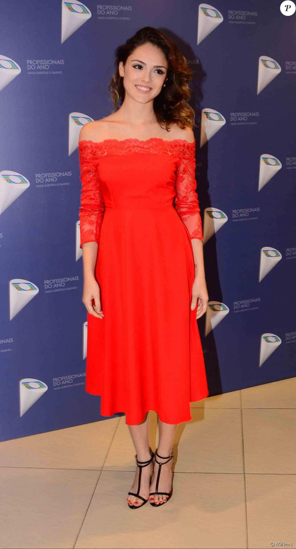 42050c28feb Isabelle Drummond apostou em vestido midi coral
