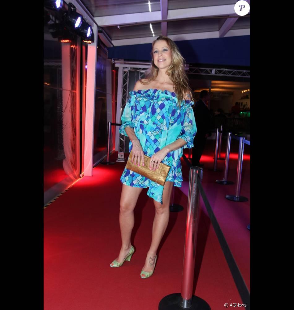 0c4991c9785 Luana Piovani exibiu boa forma em um modelo assimétrico ombro a ombro azul  no Festival de Cinema do Rio