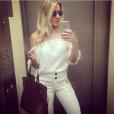 Monique Alfradique usou bata combinada com calça de cintura alta, da marca Shop 126