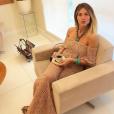 Giovanna Ewbank apostou no decote ombro a ombro do vestido de tricô
