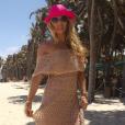 Adriane Galisteu usou o mesmo vestido para curtir uma praia. A peça, da Galeria Tricot, está à venda no site da marca por R$ 335