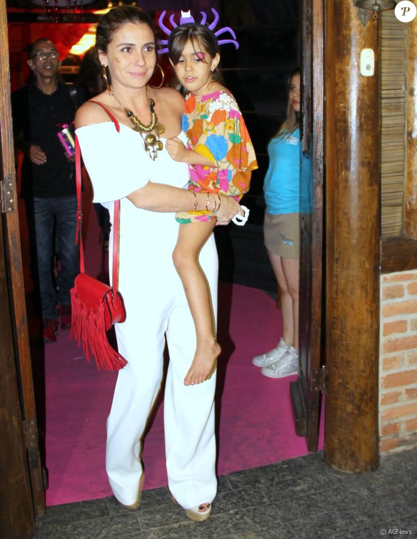 b5d80901234 Giovanna Antonelli apostou no macacão com decote ombro a ombro para a festa  de aniversário das suas filhas gêmeas