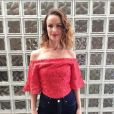 A atriz Carolina kasting combinou a blusa em renda da grife Alphorria com a calça jeans