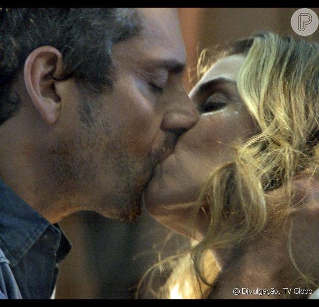 Certo de que vai ser assassinado, Romero (Alexandre Nero) pede último beijo a Atena (Giovanna Antonelli), na novela 'A Regra do Jogo', em 8 de dezembro de 2015