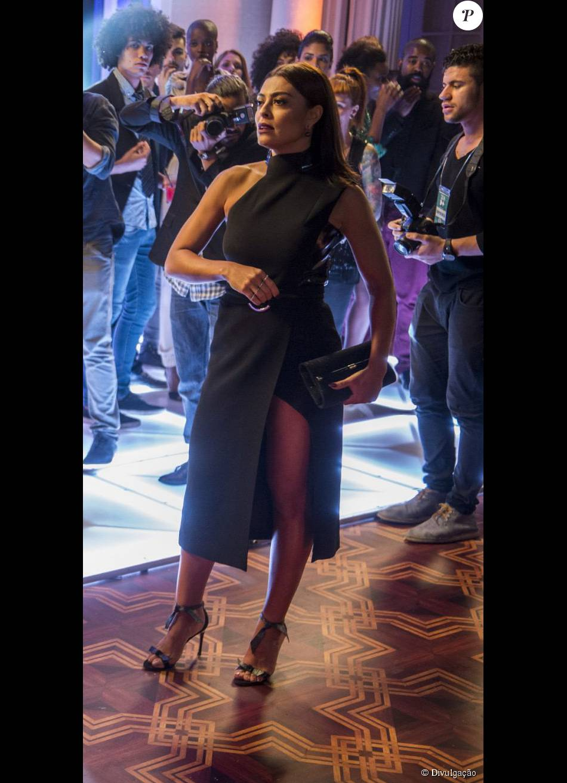 Na festa de lançamento do concurso Garota Totalmente Demais, Carolina usou  um vestido assimétrico da designer Giuliana Romanno f8bd14286d