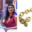 A pulseira Diane von Furstenberg por H.Stern collection usada por Carolina (Juliana Paes) é de ouro amarelo 18K e custa, aproximadamente, R$38.000