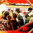 Chay Suede, Viviane Araújo e mais do elenco de 'Império' comemoraram Emmy Internacional da novela 'Império'. Atores se reúniram em bar da Zona Sul do Rio nesta quinta, 26 de novembro de 2015