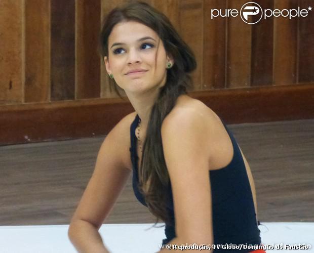 Bruna Marquezine escurece a cor do cabelo após ficar loira. A atriz mostrou o novo viaual no ensaio da 'Dança dos Famosos', em 16 de agosto de 2013