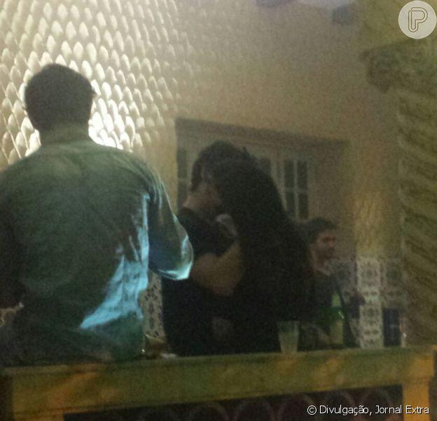 Antonia Morais e Wagner Santisteban foram flagrados aos beijos durante a festa de aniversário do blogueiro Hugo Gloss, na noite desta quinta-feira, 26 de novembro de 2015