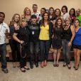 Ivete Sangalo posa com jornalistas após coletiva de imprensa nos Estados Unidos
