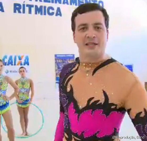 Rafael Cortez vestiu collant e brincou com aparelhos usados na ginástica artística durante reportagem exibida no 'CQC' desta segunda-feira, 30 de novembro de 2015
