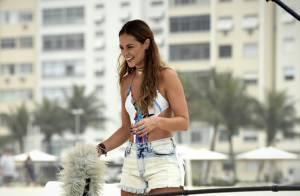 Paolla Oliveira grava 'Além do Tempo' de shortinho e maiô engana-mamãe na praia