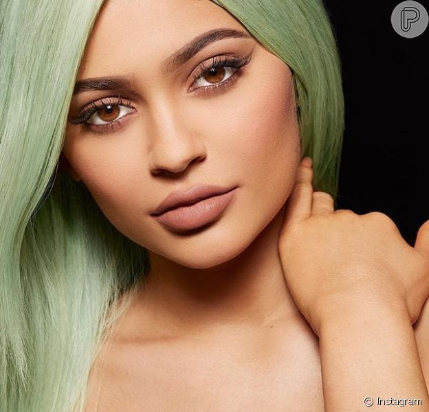 Kylie Jenner dita tendência quando o assunto é maquiagem. Conhecida por seus lábios carnudos, a boca da jovem causou ainda mais barulho nesta segunda-feira (30). Aos 18 anos, a irmã mais nova de Kim anunciou o lançamento de sua própria linha de batons