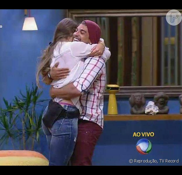 Rayanne Morais chorou abraçada a Douglas Sampaio após o ator sair vitorioso de sua primeira Roça, em 'A Fazenda 8', nesta quinta-feira, 3 de dezembro de 2015