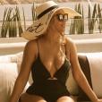 Beyoncé exibe suas curvas com maiô durante viagem com a família