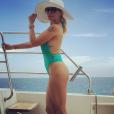 Antonia Fontenelle usou maiô cavado verde-esmeralda da marca Luma Beach para curtir passeio nas águas de Cancun