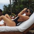 Kylie Jenner optou por maiô superdecotado para um dia na praia