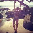 Com modelo clássico e estampado, Nattalia Rodrigues foi fotografada na Ilha Bela, em São Paulo