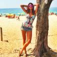 Que tal o look da atriz Thaila Ayala com listras, cores e fecho frontal da marca Nidas?