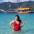 Com modelo vermelho e decotado, a atriz Mariana Xavier curtiu as águas cristalinas de Arraial do Cabo