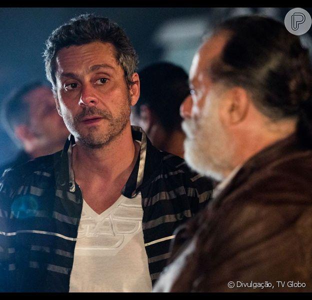Romero (Alexandre Nero) desafia Zé Maria (Tony Ramos) para salvar a vida de Atena (Giovana Antonelli) e Tóia (Vanessa Giácomo), na novela 'A Regra do Jogo'