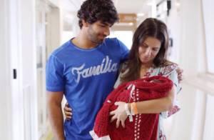Deborah Secco deixa maternidade e posa com a filha, Maria Flor: 'Saudável'