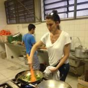 Paola Carosella, do 'MasterChef', cozinha em escola ocupada por estudantes em SP