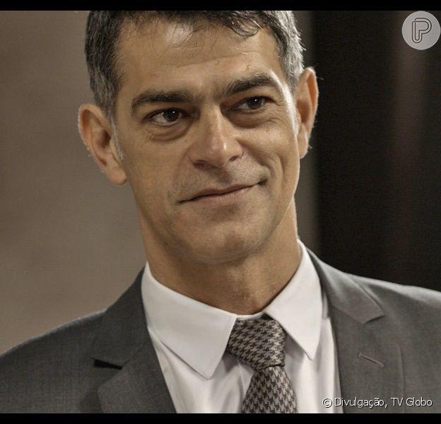 Orlando (Eduardo Moscovis) se livra de Minervino (Germano Pereira) depois que Dante (Marco Pigossi) descobre que ele é o marido de Lara (Carolina Dieckmann), na novela 'A Regra do Jogo', em dezembro de 2015