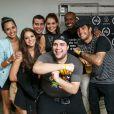 Bruna Marquezine posa para foto ao lado de Thiaguinho, Thaíssa Carvalho, Paloma Bernardi, Thiago Martins, Pedro Scooby e Tiago Abravanel