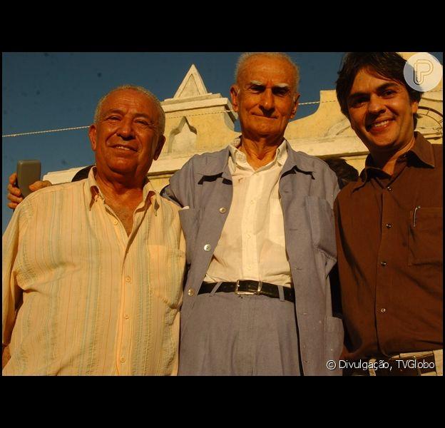 Escritor Ariano Suassuna (no centro) recebe alta de hospital após sofrer infarto