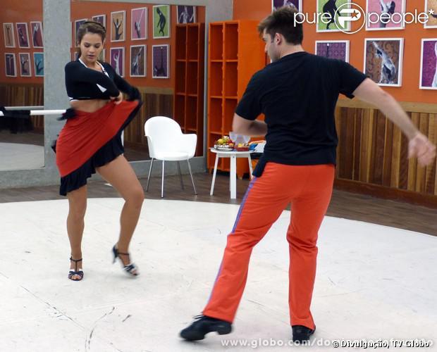 Bruna Marquezine contou nesta quinta-feira, 29 de agosto de 2013, ao site do 'Domingão do Faustão', que tem feito dieta para manter o corpão exibido no quadro 'Dança dos Famosos'