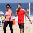 A apresentadora do 'Fantástico', Renata Ceribelli, caminhou na praia com um amigo e apareceu visivelmente mais magra