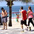 Renata Ceribelli exibe boa forma em caminhada na orla de Ipanema em companhia de amigo