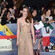Durante a prèmiere 'Amanhecer - parte 2', em Los Angeles, Kristen Stewart chamou a atenção, usando um vestido Zuhair Murad em tons dourados, que deixava a silhueta à mostra