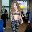 Lady Gaga costuma ousar nos looks e aparece com um macacão super decotado, com abertura até o umbigo. Nos seios, a acantora usou um pequeno sutiã