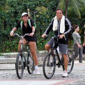 Malu Mader pedala de shortinho com Tony Bellotto e mostra pernas em forma