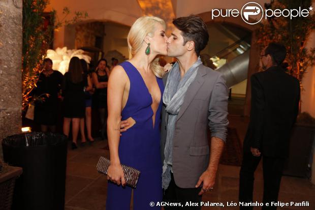 Bruno Gagliasso e Giovanna Ewbank curtiram bem juntinhos a festa de 'Joia Rara' em 5 de setembro de 2013 e trocaram beijos