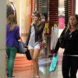 Sasha não desgrudou do celular enquanto passeava pelo shopping