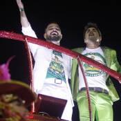 Zezé Di Camargo e Luciano recebem família e amigos no desfile da Imperatriz
