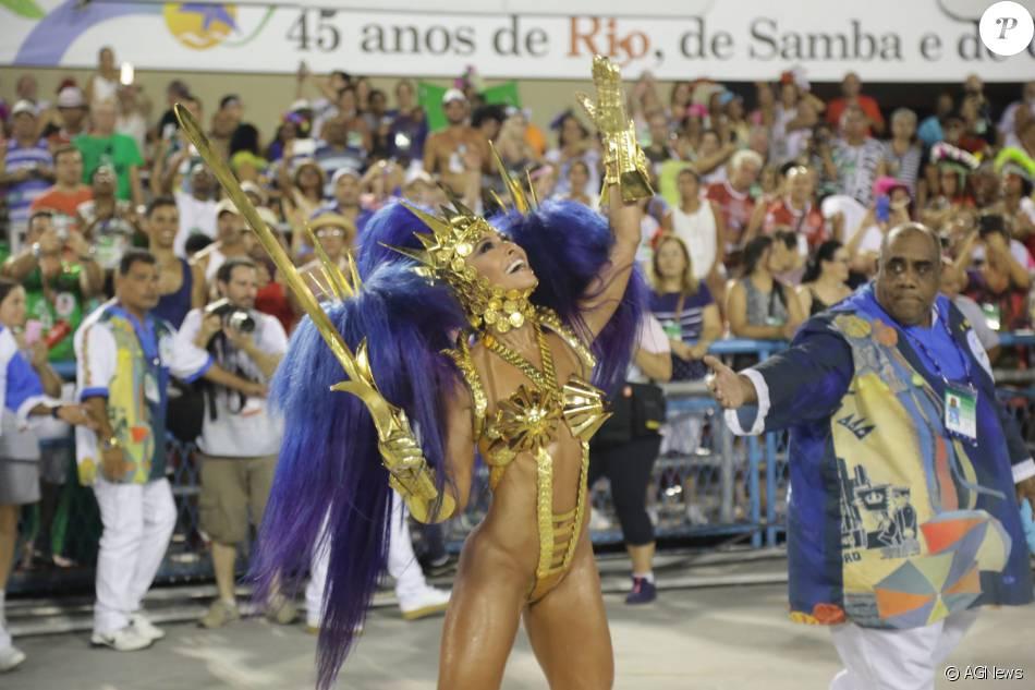 24b6785d9077c Carnaval 2016  Sabrina Satousou uma fantasia de guerreira com armadura no  tom dourado